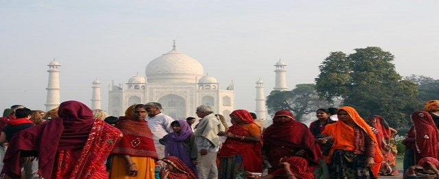 india-people-at-taj-mahal